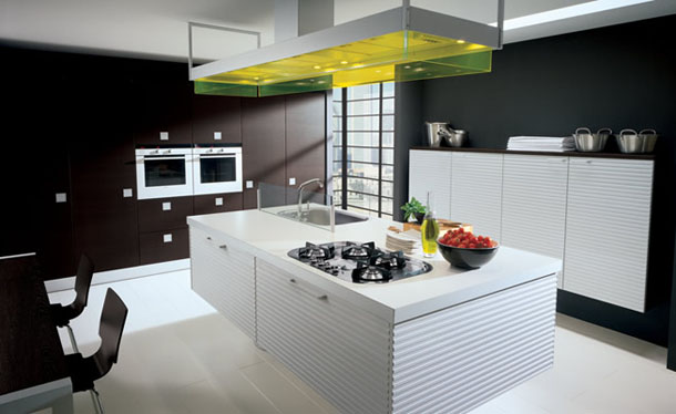 Diseño cocina con isla en blanco y negro