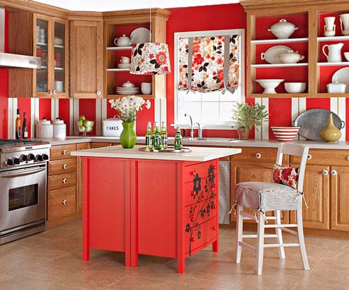 Cocina renovada con isla en rojo