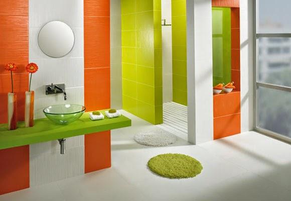 baño decorado en verde y naranja
