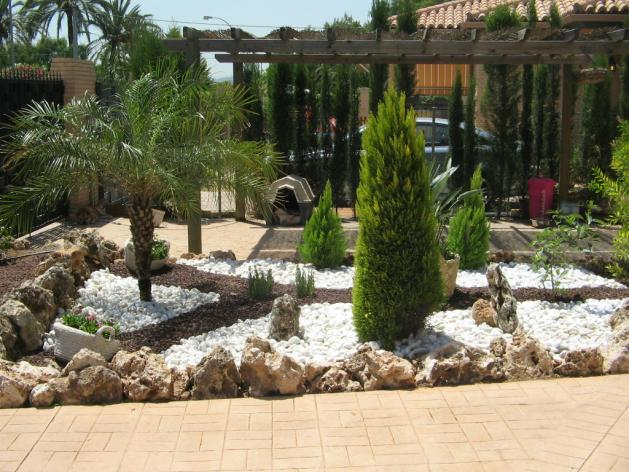 Jardines decorativos interesting pequeo jardn frente a for Piedras para decorar jardines