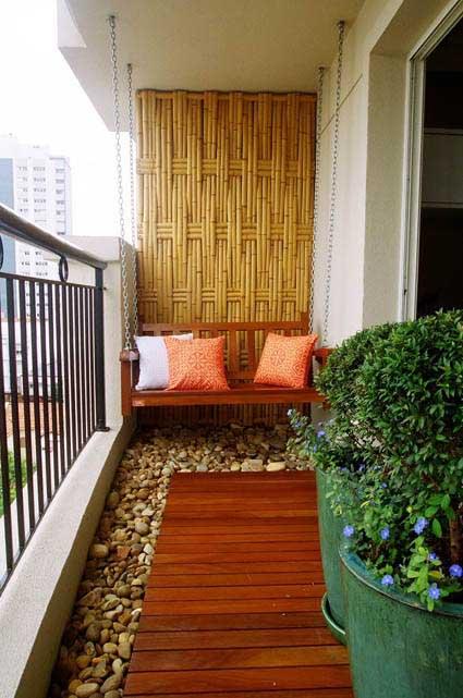 decoracion balcon con bambu y piedras