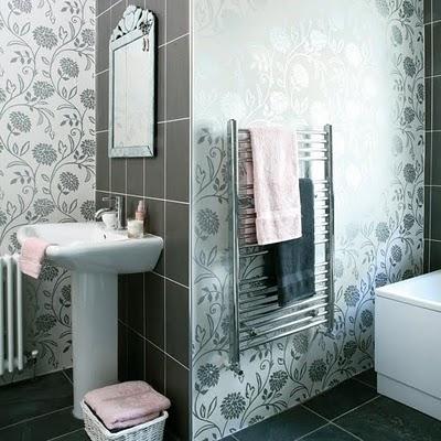 baño pequeño con papel pintado