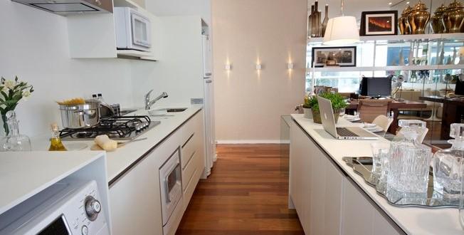 Cocina americana en blanco para casas peque as hoy lowcost for Cocina americana pequena
