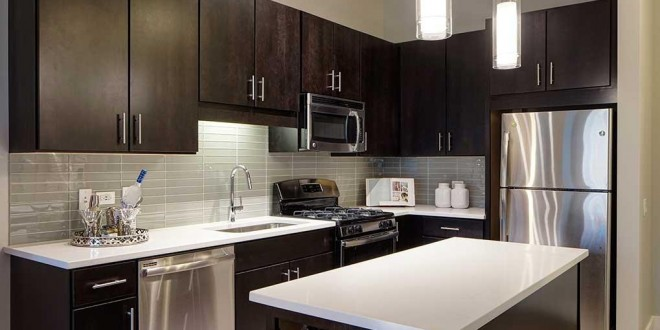 Cocinas modernas peque as con muebles oscuros hoy lowcost for Muebles de cocina pequena modernos