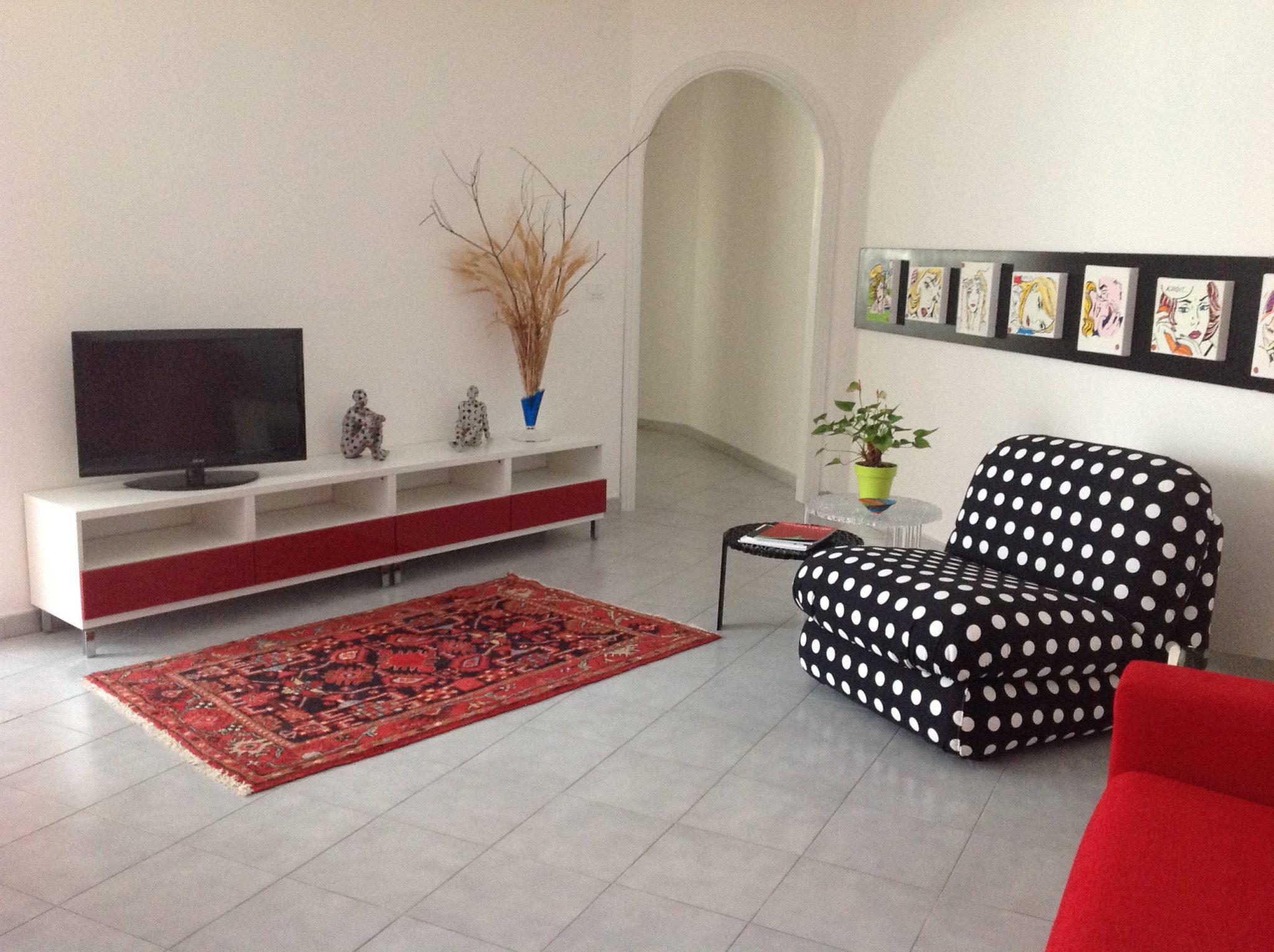 decorar paredes blancas en salones pequeños