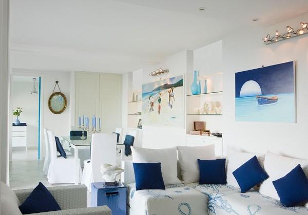 diseño salon pequeño blanco y azul