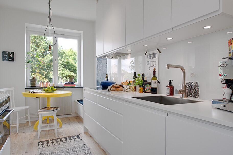 Cocinas modernas peque as estilos y dise os hoy lowcost - Cocinas con salida al patio ...