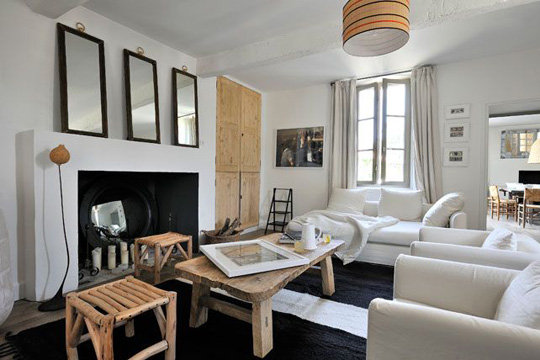 combinado muebles restaurados en sala moderna