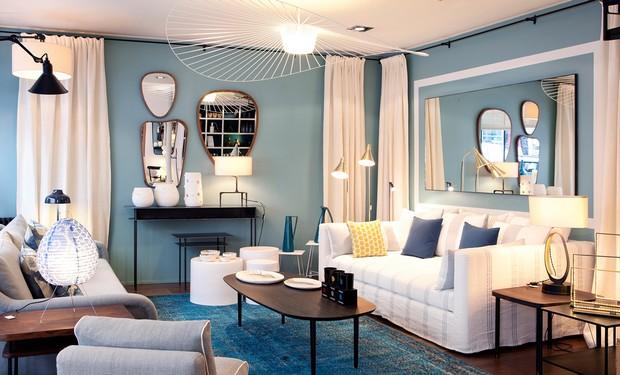 sala estar pequeña con lamparas espejos muebles