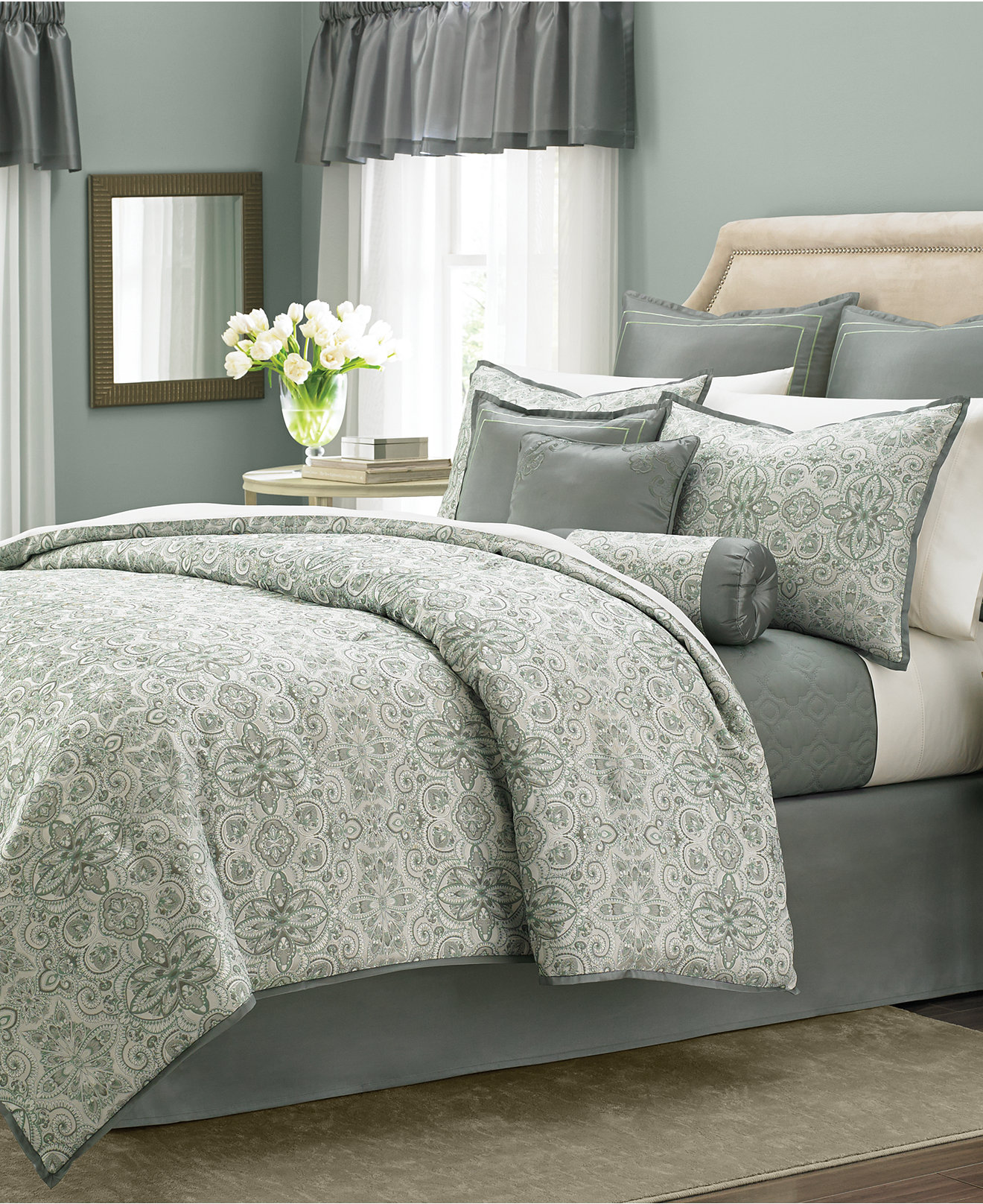 Dormitorios matrimonio modernos date un capricho hoy - Decorar cama con cojines ...