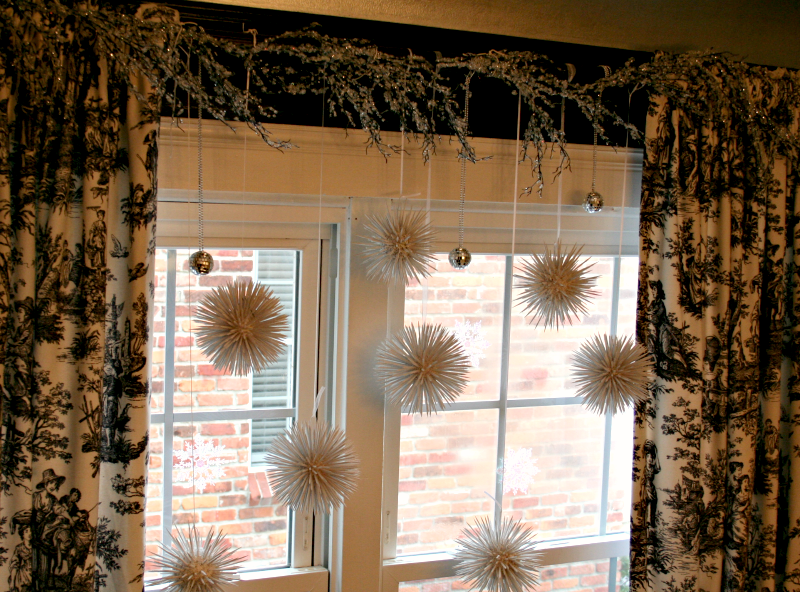 Ideas para decorar cortinas en navidad 2016 for Ideas cortinas salon