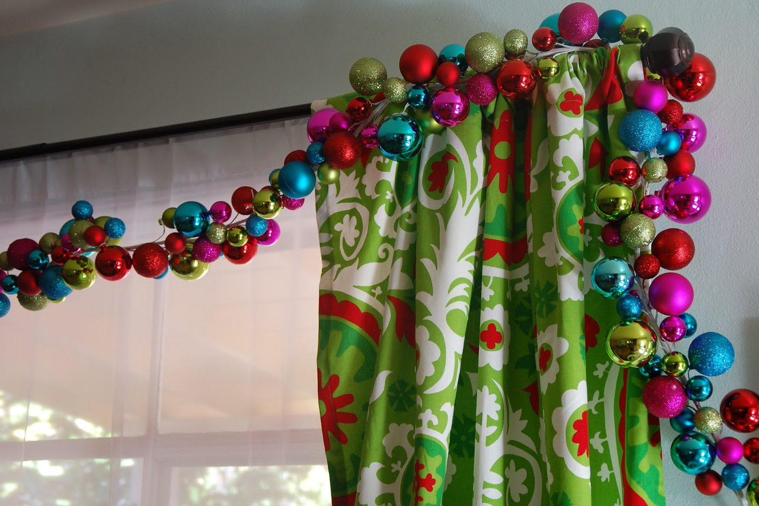 Ideas para decorar cortinas en navidad 2016 - Bolas decoracion ...