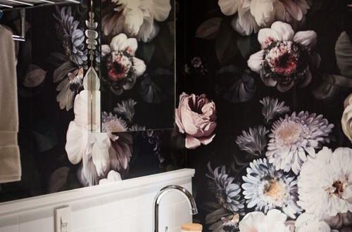 diseño de baños con papel pintado floral