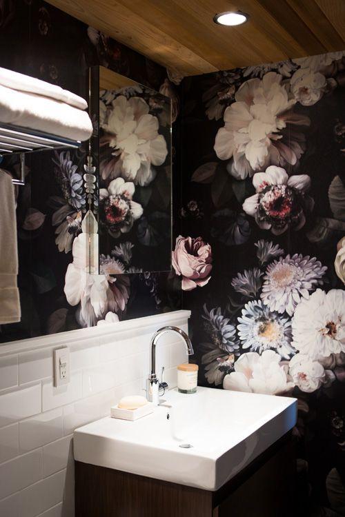 Ideas Para Decorar El Baño Con Poco Dinero: El papel vinílico para paredes de baños es una idea atrevida y