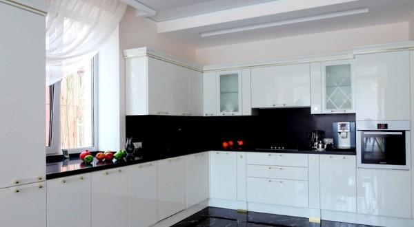 Decoracion cocinas blancas y negras hoy lowcost for Decoracion cocinas blancas