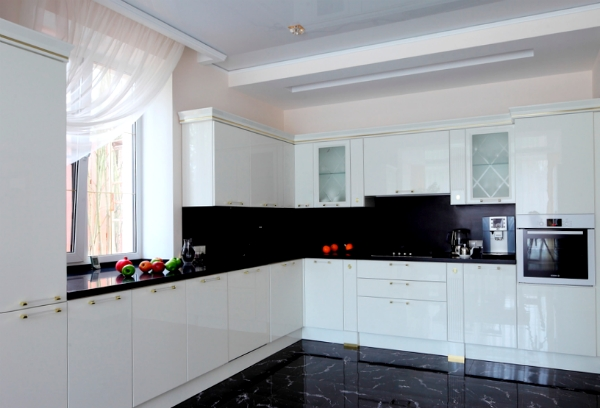Cocinas blancas siempre en tendencia hoy lowcost for Decoracion para cocinas integrales
