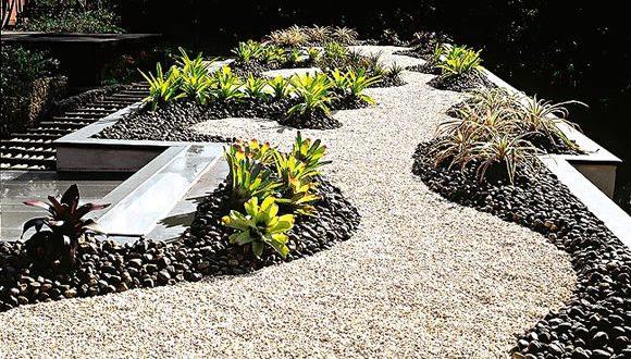Caminos de jardin con piedras hoy lowcost - Piedras de jardin ...