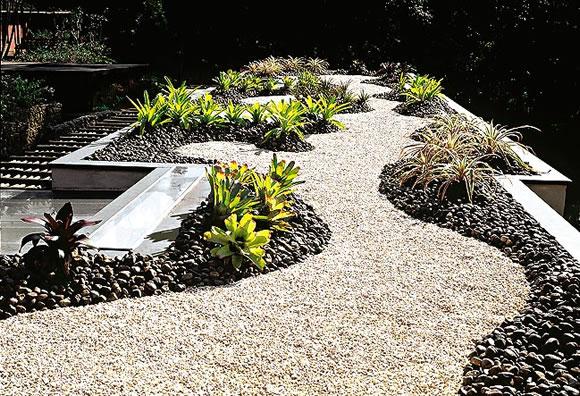Jardines r sticos tendencia e ideas hoy lowcost - Como decorar jardines con piedras ...