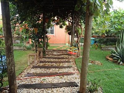 Jardines r sticos tendencia e ideas hoy lowcost for Jardines con madera y piedra