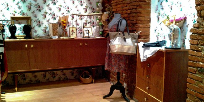 Recibidor decorado con muebles antiguos hoy lowcost for Muebles viejos baratos