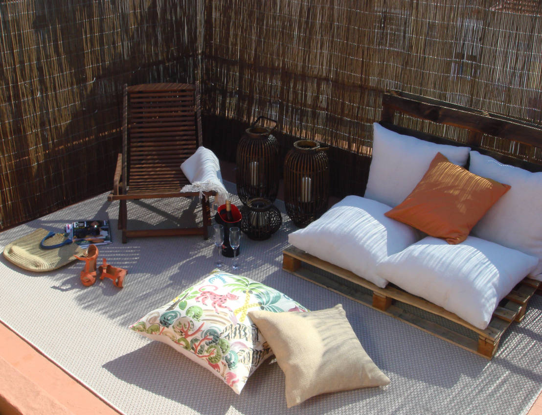 Como decorar una terraza con encanto hoy lowcost for Decorar patio economico