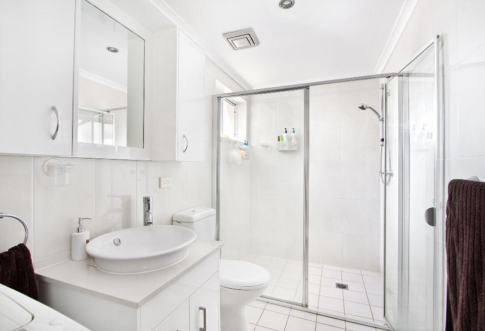 Ba os con ducha con mucho estilo para 2018 hoy lowcost for Aseos modernos con ducha