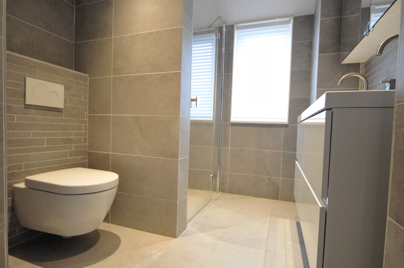 cuarto de baño con ducha funcional