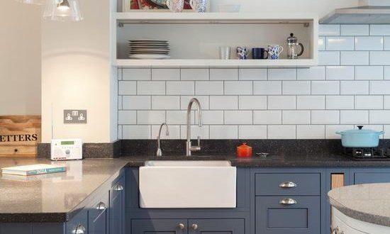 Cocina azul con azulejos blancos hoy lowcost for Azulejos para cocina 2016