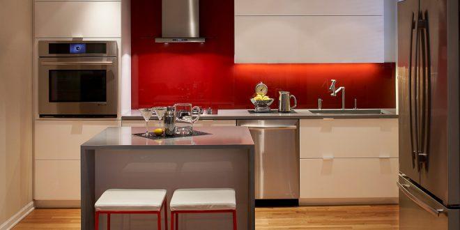 Cocina blanca con pared roja hoy lowcost for Cocina blanca encimera roja