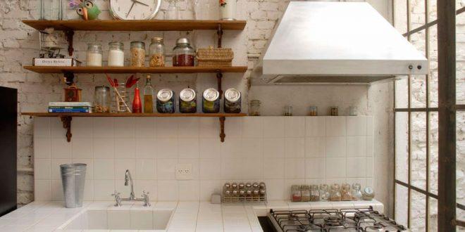 Cocina peque a con estanterias hoy lowcost for Estanterias cocinas pequenas