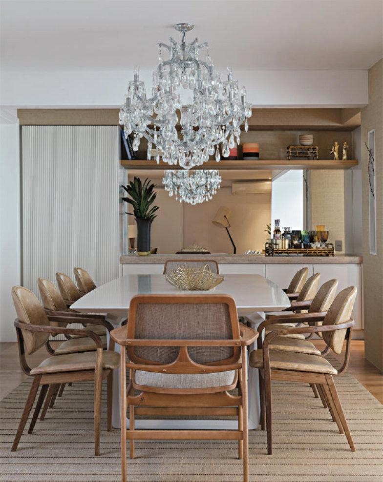 mesa de comedor blanca con sillas modernas | Hoy LowCost